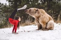 人兽共舞!红衣美女与棕熊雪地演绎绝美瑜伽
