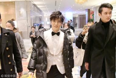 薛之谦获保镖护驾现身酒店 见偷拍微笑面对镜头态度亲和